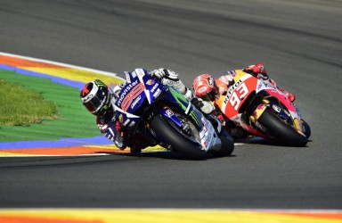 Movistar Yamaha's Spanish rider Jorge Lorenzo (L) and Repsol Honda's Spanish rider Marc Marquez ride during the MotoGP motorcycling race at the Valencia Grand Prix at Ricardo Tormo racetrack in Cheste, near Valencia on November 8, 2015.    AFP PHOTO / JAVIER SORIANO