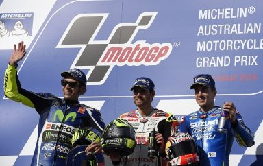 LCR Honda's British rider Cal Crutchlow (C) celebrates his victory with second position Movistar Yamaha MotoGP's Italian rider Valentino Rossi (L) and third position Team Suzuki Ecstar Spanish rider Maverick Vinales on the podium after the MotoGP class at the Australian Grand Prix at Phillip Island on October 23, 2016. / AFP PHOTO / SAEED KHAN / IMAGE RESTRICTED TO EDITORIAL USE - STRICTLY NO COMMERCIAL USE